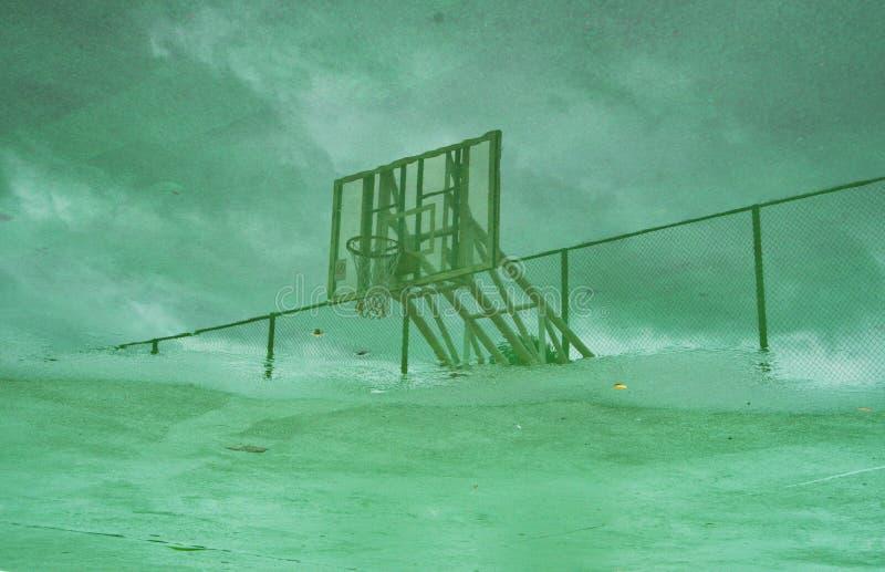 Der Reflex des Basketballkorbes auf Wasser stockbilder