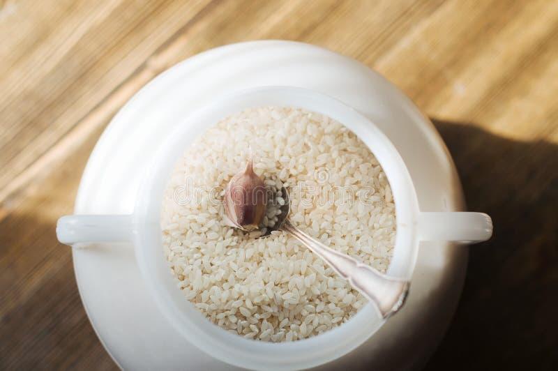 Der Reis in der Dose auf braunem Hintergrund stockfotos