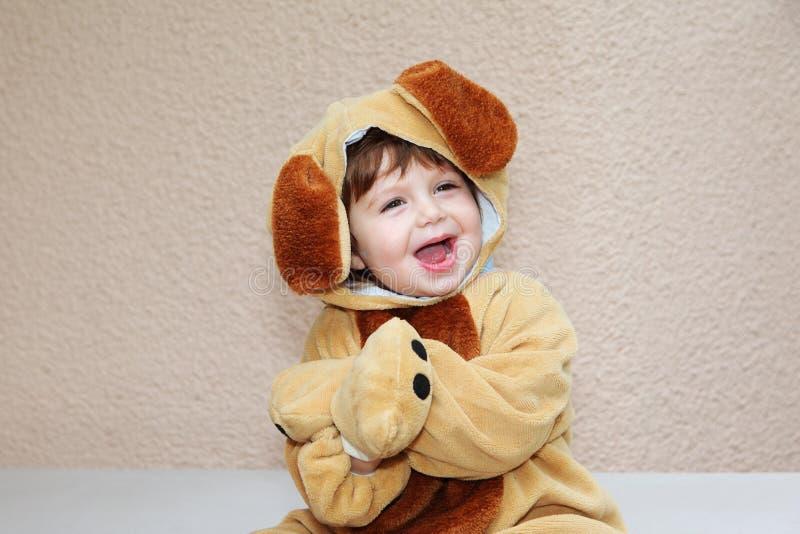 Der reizend kleine Junge lacht freundlich lizenzfreies stockbild