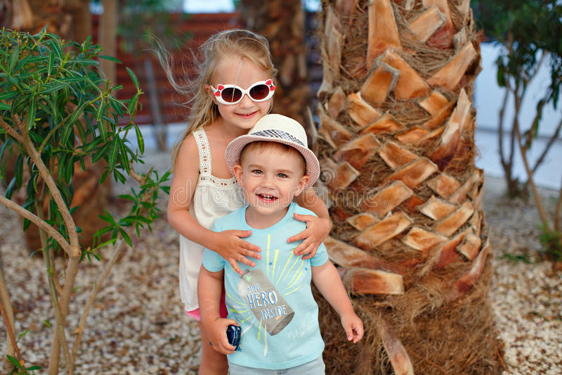 Der reizend kleine Junge und das Mädchen, Bruder und Schwester, die Ne stehen lizenzfreie stockfotos