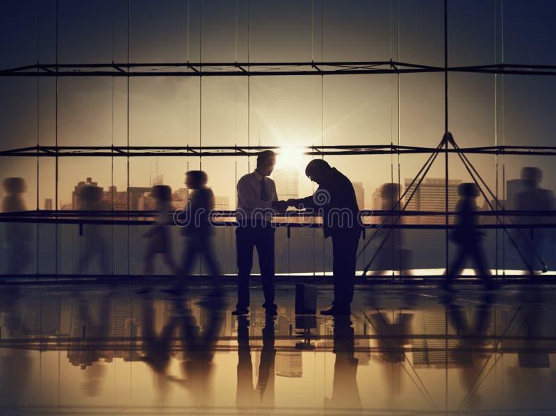 Der Respekt-Geschäftsleute Kultur-Corpoprate, das Büro-Konzept gibt lizenzfreie stockbilder