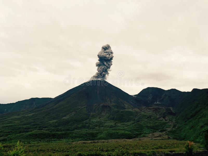 Der Reventador-Vulkan unter Tätigkeit stockfotos