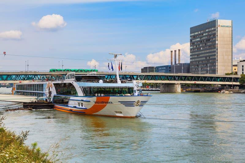 Der Rhein in der Stadt von Basel, die Schweiz stockfotos