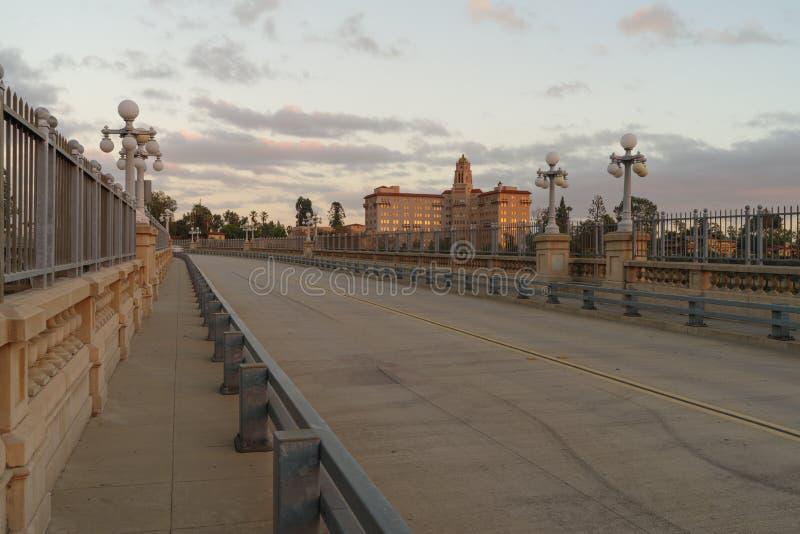 Der Richard H Kammer-Gericht und die Colorado-Straßen-Brücke lizenzfreie stockfotografie