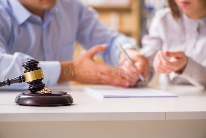 Der Richterhammer, der auf Heiratscheidung entscheidet stockbild