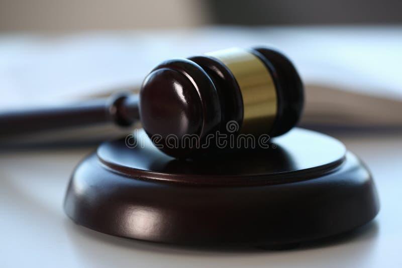 Der Richterhammer liegt auf Tabelle herein stockfotografie