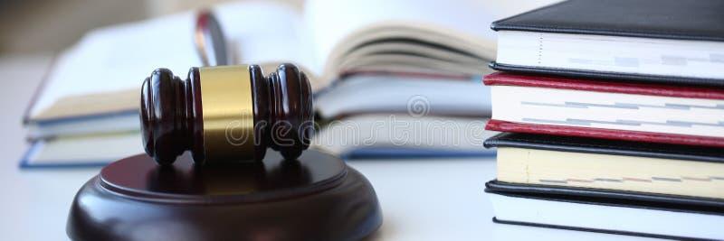 Der Richterhammer liegt auf Tabelle herein lizenzfreie stockfotografie