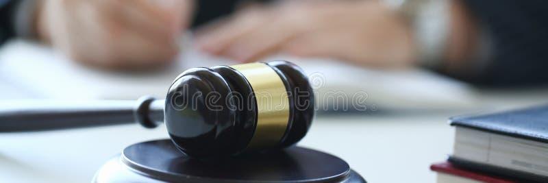 Der Richterhammer liegt auf Tabelle herein lizenzfreies stockfoto