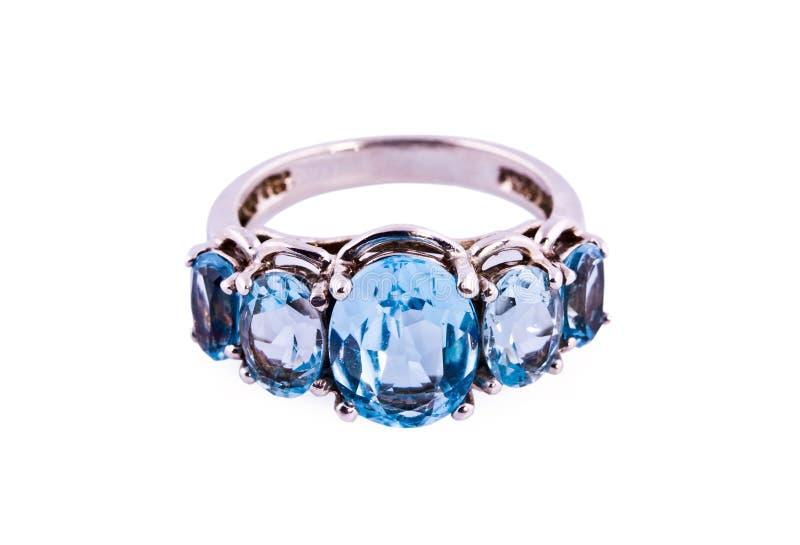 Der Ring verziert mit den großen topazes, getrennt stockbilder
