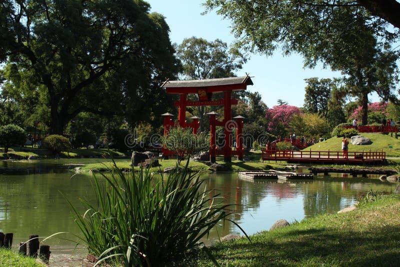 Der rote Bogen des japanischen Gartens lizenzfreies stockfoto