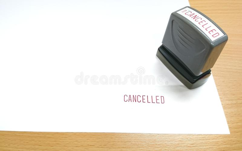 Der rote Text, CANCELLED wurde mit Stempel auf dem Weißbuch gestempelt lizenzfreie stockfotos