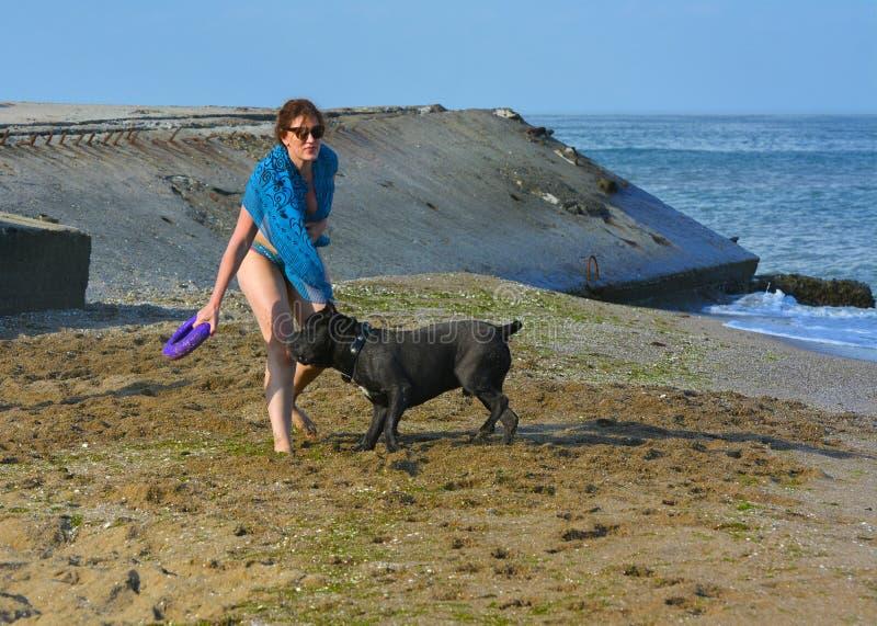 Download Der Rottweiler-Hund Und Ihre Geliebte Im Wasser Redaktionelles Bild - Bild von entwurf, schönheit: 96930680