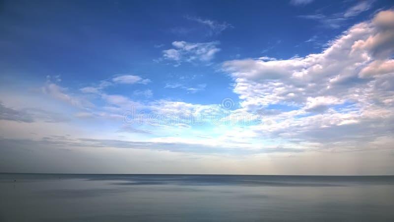 Der ruhige See in der Dämmerung von Thailand stockfoto