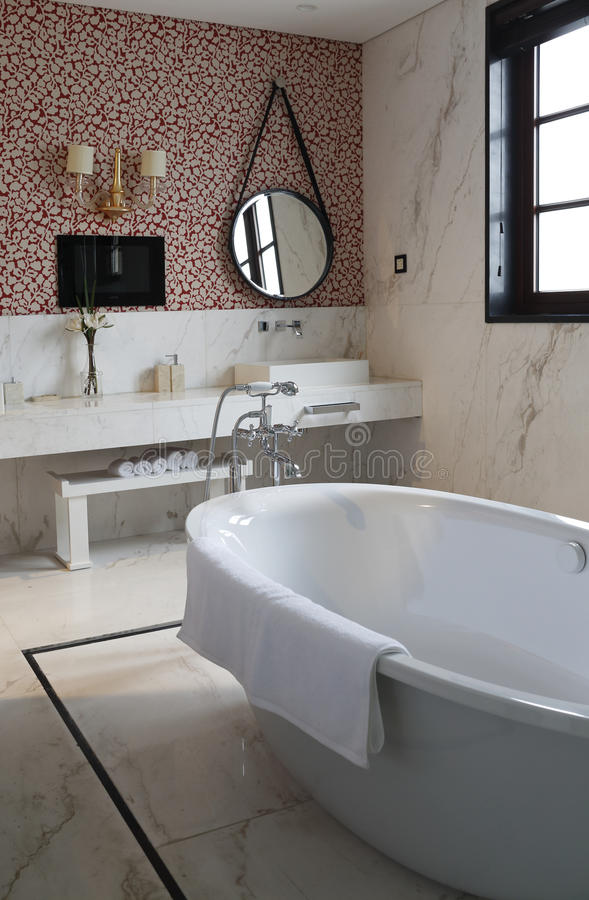 der runde spiegel und die wanne im badezimmer zu hause stockfoto bild von trennvorhang. Black Bedroom Furniture Sets. Home Design Ideas