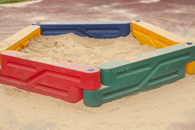 Der Sandkasten der Kinder mit mit gelbem Sand stockfotos