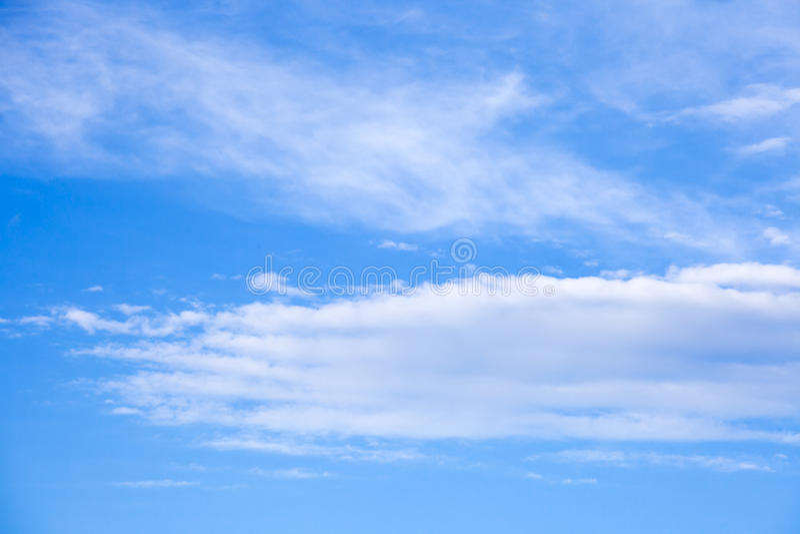 Der schöne blaue Himmel mit Wolkenhintergrund Bewölkt blauen Himmel Himmel w stockfoto