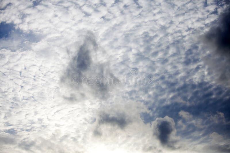 Der schöne blaue Himmel mit Wolkenhintergrund Bewölkt blauen Himmel Himmel w lizenzfreies stockfoto