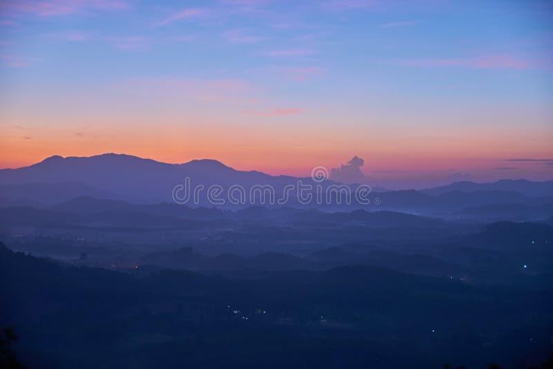 Der schöne blaue Schatten und die Schicht des Berges goldene Stunde lang vor Sonnenaufgang stockfotografie