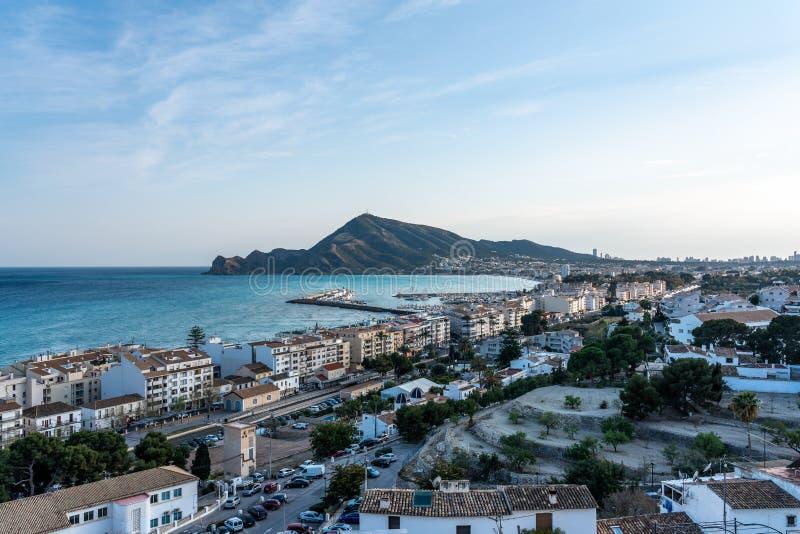 Der schöne felsige Strand von Altea, eine Kleinstadt in Alicante, Spanien lizenzfreie stockfotos