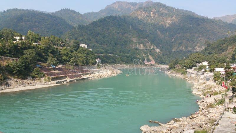 Der schöne Ganges fließt Rishikesh, Indien durch lizenzfreies stockbild