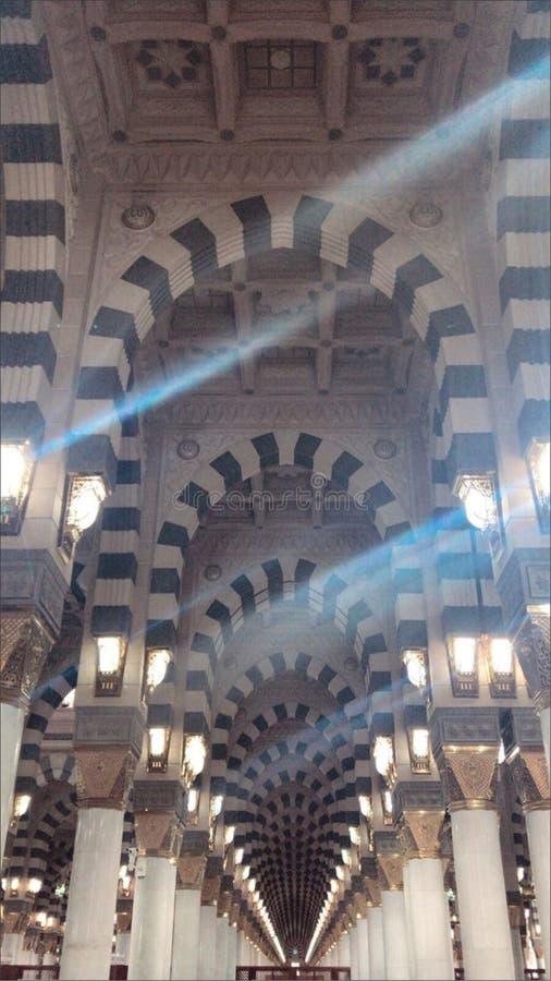 Der schöne Innenraum der Moschee Nabawi in Al Madinah, stockfotografie