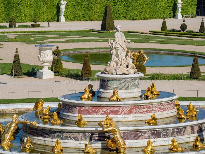 Der schöne Latona-Brunnen des Ortes von Versailles stockfotografie