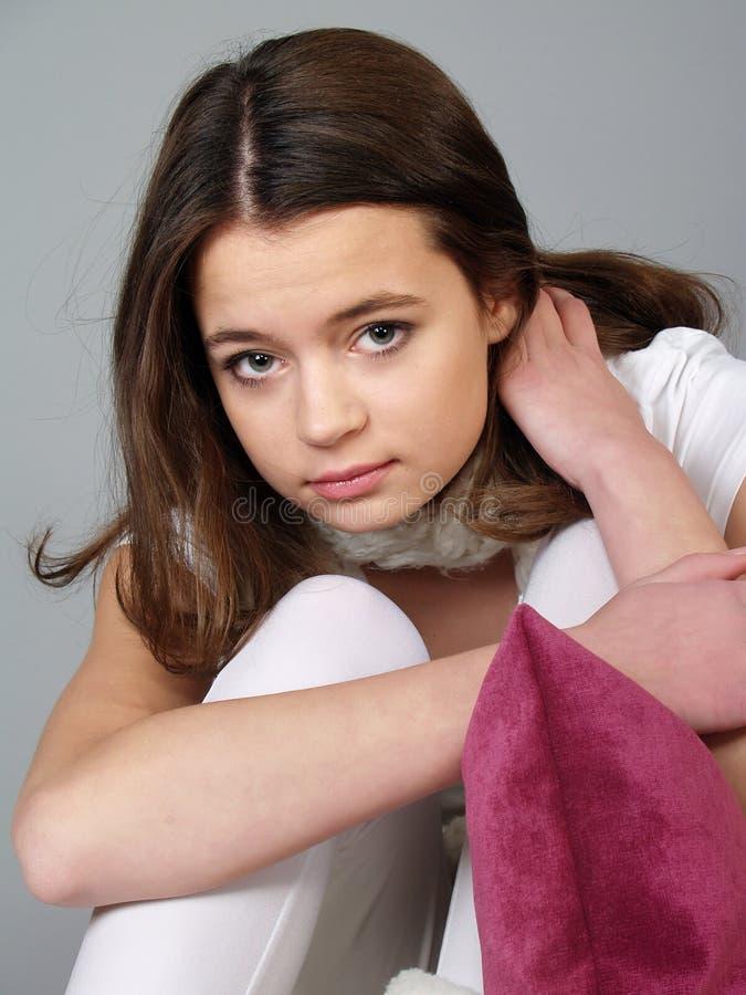 Der schöne Mädchenjugendliche mit einem traurigen Gesicht lizenzfreie stockbilder