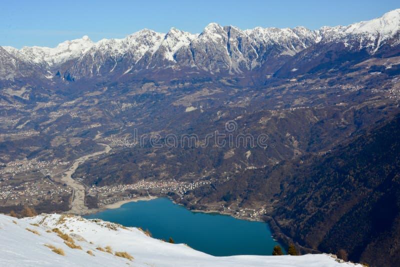 Der schöne See von Santa Croce in Belluno, gesehen von den Nevegal-Hügeln lizenzfreie stockfotografie
