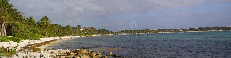 Der schöne Strand mit weißem Sand auf Riviera-Maya lizenzfreie stockbilder