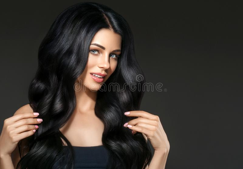Der Schönheitsfrau des schwarzen Haares schönes Porträt Frisur gelocktes hai lizenzfreie stockbilder