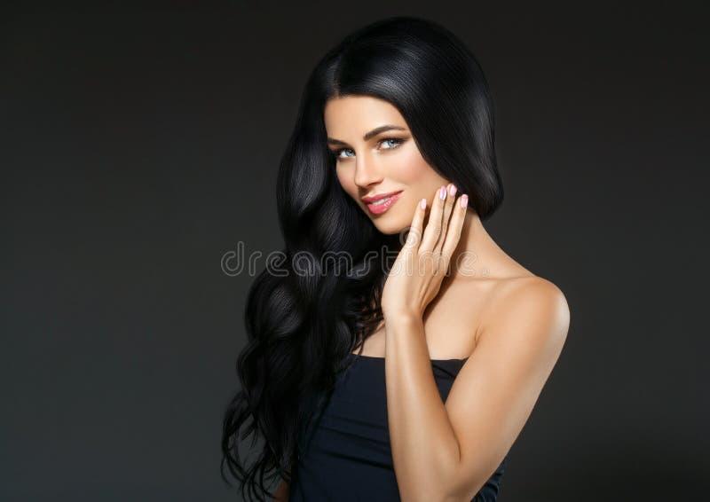 Der Schönheitsfrau des schwarzen Haares schönes Porträt Frisur gelocktes hai stockfotos
