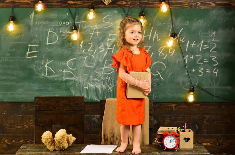 Der Sch?ler, der Privatunterricht nimmt, kursiert mit sch?nem blondem Tutor - auf Klasse unter Verwendung des Laptops mit Lehrer  lizenzfreie stockfotografie