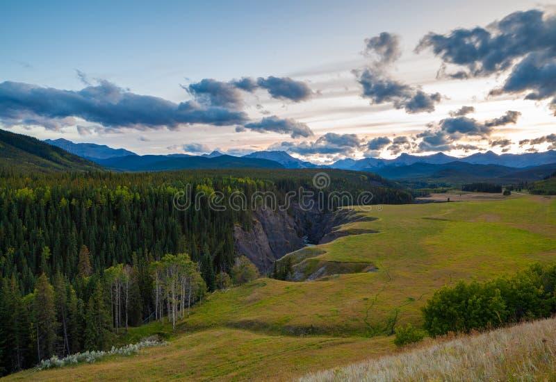 Der Schafsfluss in Kananaskis im kanadischen Rocky Mountains bei Sonnenuntergang stockbilder