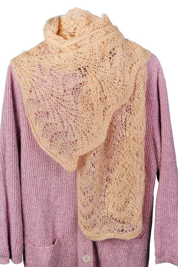 Der Schal der selbst gemachten gestrickten warmen woolen Frauen, der an einer Strickjacke hängt lizenzfreie stockfotos