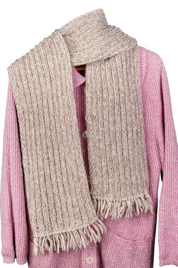 Der Schal der selbst gemachten gestrickten warmen woolen Frauen, der an einer Strickjacke hängt stockbilder
