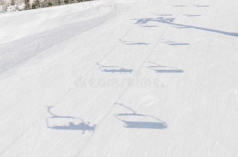Der Schatten von funikul?rem auf dem Schnee lizenzfreie stockfotografie