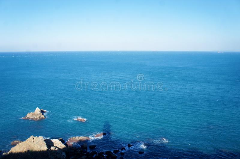 Der Schatten von lightbouse auf dem Meer in Marokko lizenzfreie stockfotos