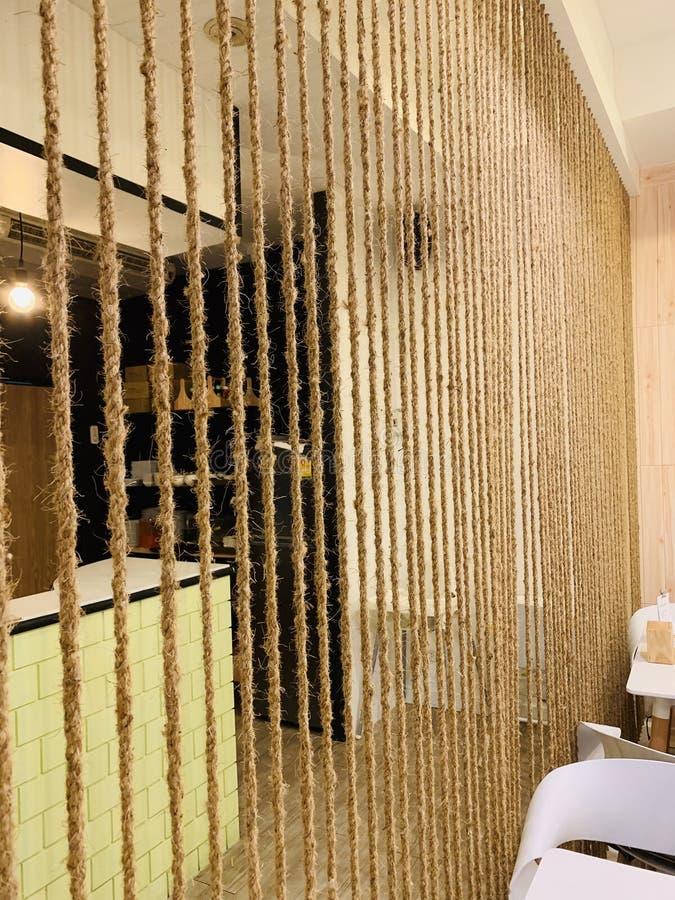 Der schicke Raum, den Raum mit Seil teilend, verzieren lizenzfreie stockfotos