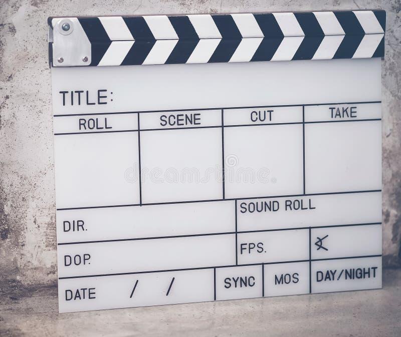 Der Schieferfilm wird benutzt, um den Film auf dem Zementboden zu filmen stockfoto