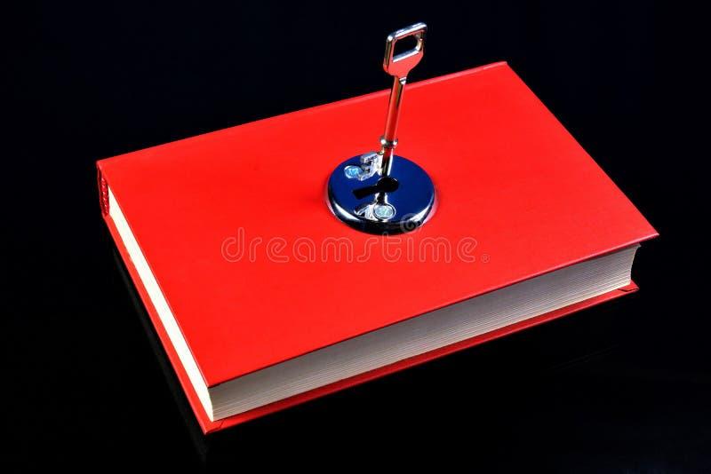 Der Schlüssel des roten Buches der Ausbildung Das Buch ist eine Quelle des wichtigen Wissens, literarische, wissenschaftliche Arb lizenzfreie stockfotografie