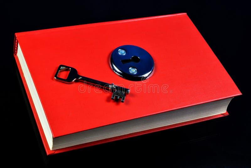Der Schlüssel des roten Buches der Ausbildung Das Buch ist eine Quelle des wichtigen Wissens, literarische, wissenschaftliche Arb stockfotos