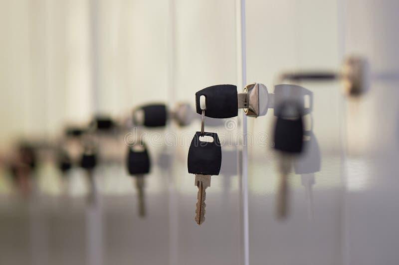 Der Schlüssel im Schließfach Es gibt viele Schließfächer, ein Umkleideraum in einem Fitness-Club, ein Gesundheitszentrum, ein Bür lizenzfreies stockfoto