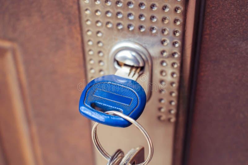 Der Schlüssel im Verschluss der Eisentür lizenzfreies stockbild