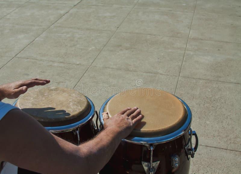 Der Schlagzeuger übergibt schnell das Spielen der Congas stockbilder