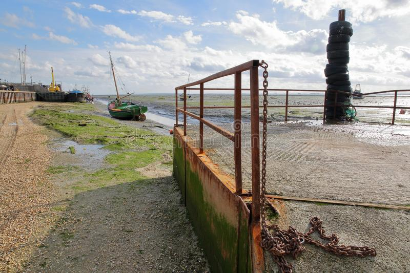 Der schlammige Strand bei Ebbe mit festgemachten Fischerbooten entlang der Themse-Mündung, Leigh auf Meer lizenzfreies stockbild
