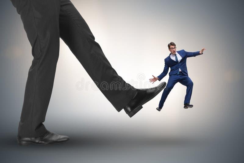 Der schlechte verärgerte Chef, der Angestellten im Geschäftskonzept tritt lizenzfreies stockbild