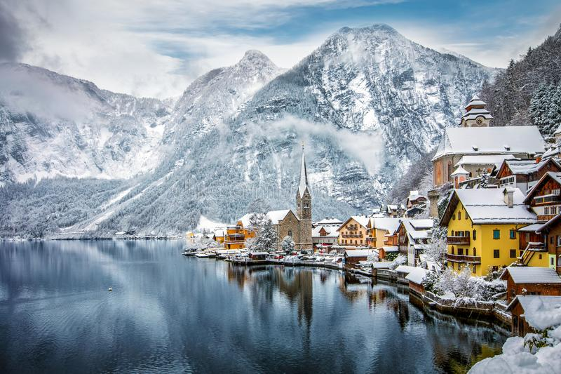 Der Schnee bedeckte Dorf von Hallstatt in den österreichischen Alpen lizenzfreies stockbild