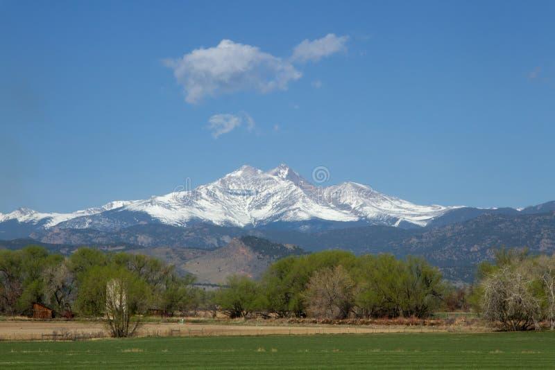 Der Schnee, der mit einer Kappe bedeckt wird, sehnt sich die Spitze und Mt, die an einem Frühlings- oder Sommertag milder sind stockbilder