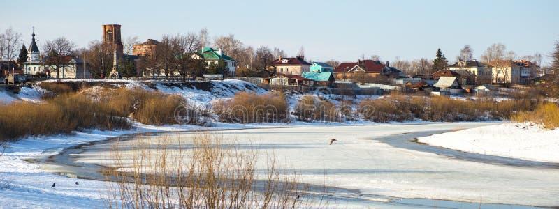Der Schnee schmilzt im Fluss stockfoto