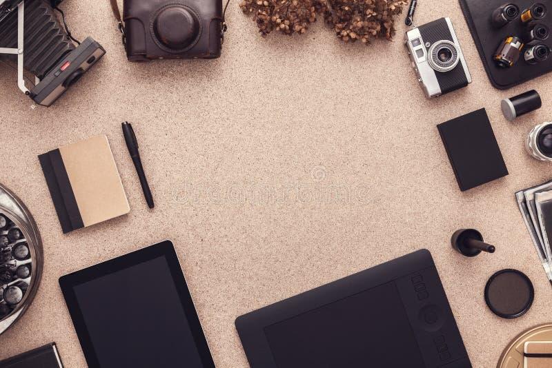 Der Schreibtisch des Fotografen mit Weinlesekameras und -tablette Flache Lage mit Kopienraum lizenzfreie stockbilder